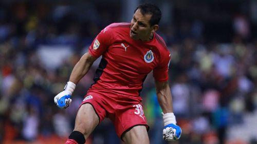 Rodolfo Cota festeja un gol de Chivas