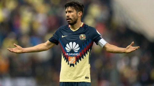 Oribe Peralta reclama sobre en el partido contra Tigres