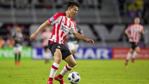 Lozano disputa un juego con el PSV Eindhoven