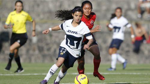 Patricia Jardón controla el balón en el juego contra Tijuana