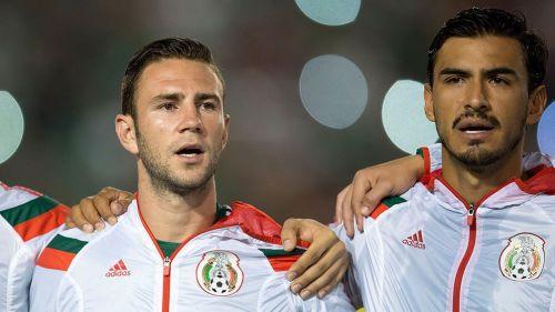 Miguel Layún y Oswaldo Alanís durante un partido con el Tri