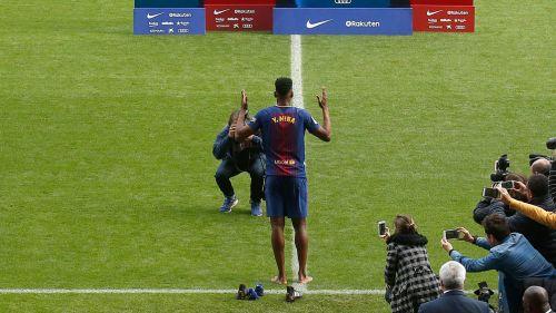 Yerry pisó descalzo el Camp Nou en su presentación