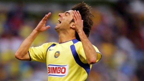 Piojo López celebra un gol con el América