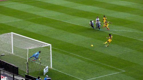 Oribe Peralta cobra de forma erronea un penalti contra Tuzos