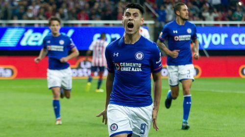 Felipe Mora, festejando tras anotar el empate contra Chivas