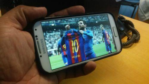 Un hombre viendo un partido de futbol