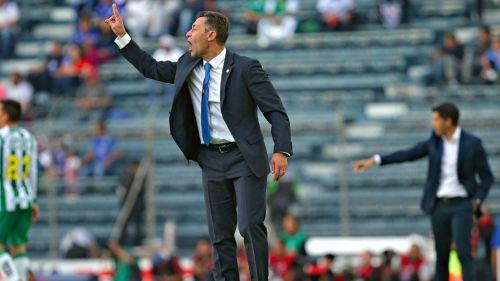 Pedro Caixinha durante el partido contra León