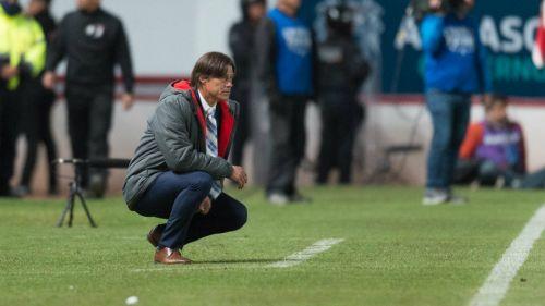 Matías Almeyda observa el juego contra Necaxa