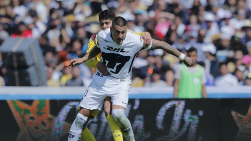 Nicolás Castillo busca el balón pese a la persecución de Carlos Vargas
