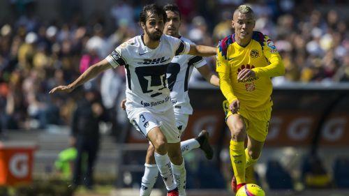 Alejandro Arribas pelea el balón con Mateus Uribe
