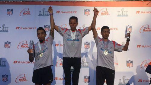 Ganadores de NFL Fan Race celebran en el podium