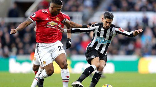 Valencia y Pérez pelean el esférico en Saint James Park
