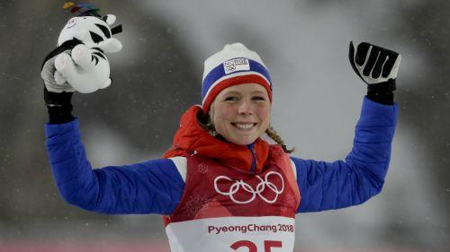 Maren Lundby celebra la victoria en salto de esquí