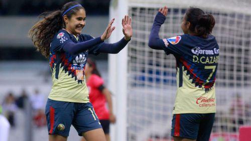 Daniela Espinoza celebra un gol con las Águilas