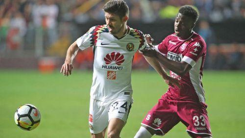 Oribe Peralta forcejea con un jugador del Saprissa