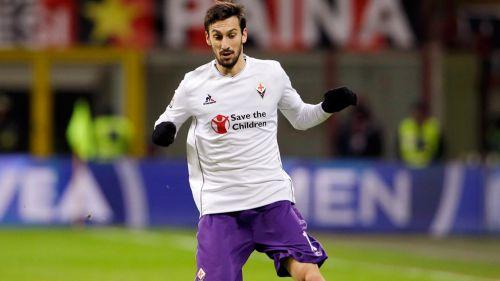 Astori disputa un duelo con la Fiorentina en la Serie A