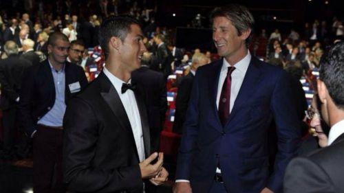 Cristiano Ronaldo y Edwin Van der Sar en una ceremonia