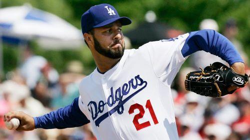 Loaiza realiza un lanzamiento durante un juego de los Dodgers