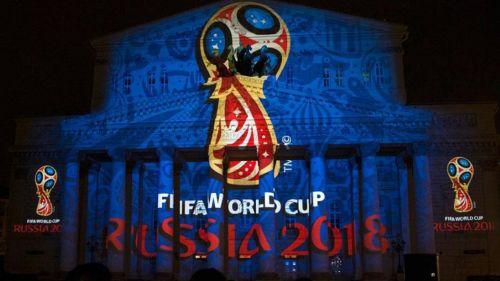 El logo de Rusia 2018 en un edificio en Moscú