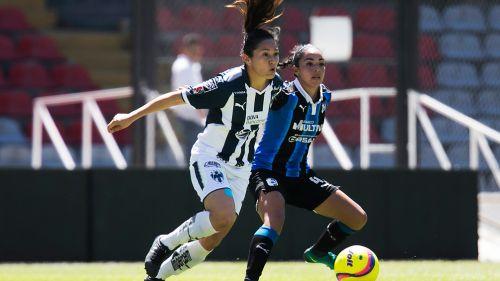 Verónica Pérez controla un balón durante el juego vs Gallos