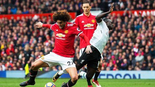 Fellaini cubre el balón en juego del Manchester United