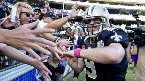 Drew Brees saludo a los fans después de un partido