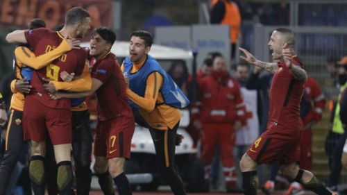 Dzeko festeja con sus compañeros su gol contra el Shakhtar