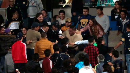 Fans de Pumas enfrentan a necaxistas al término del duelo en CU