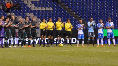 Jugadores de Santos y Puebla aplauden previo al partido