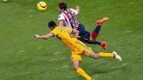 Godínez disputa el balón con Hugo Ayala