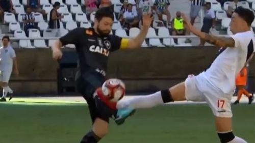Salvaje entrada conmociona el fútbol de Brasil por decisión del árbitro — YouTube