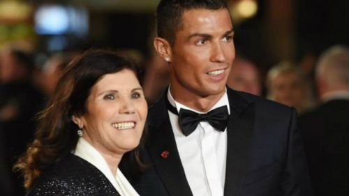 Dolores Aveiro posa junto a su hijo, Cristiano Ronaldo, en una gala