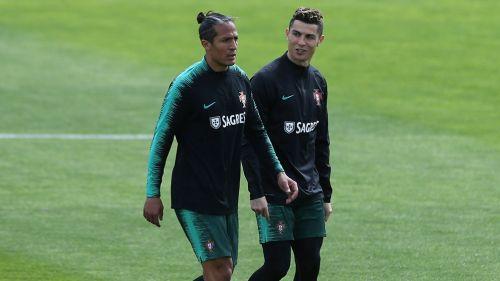 Nike lanza zapatos para rendir homenaje a Cristiano Ronaldo. Cristiano  camina junto a Bruno Alves 82f3ed07ed344