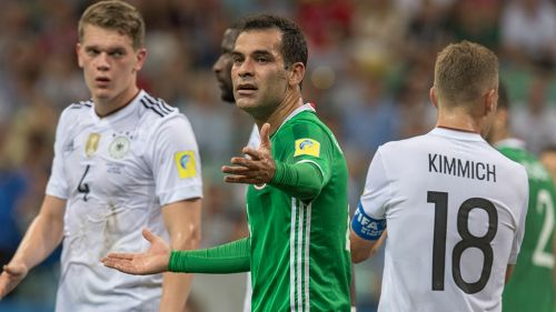 Rafa Márquez reclama una jugada en juego contra Alemania