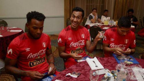 Seleccionados de Perú muestran su felicidad al recibir estampas del Mundial