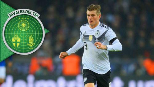 Toni Kroos controla el balón durante un juego de Alemania