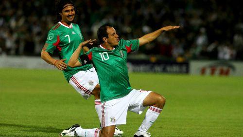 Cuauhtémoc Blanco festeja gol en su paso con el Tri