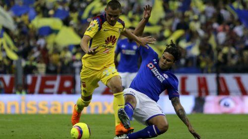 Paul Aguilar y Gullit Peña disputan el balón en el Clásico Joven