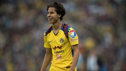 Diego Lainez sonríe en un juego con América