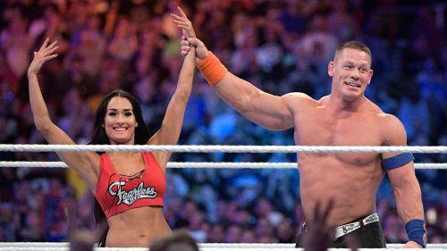 John Cena levanta la mano de Nikki con el anillo de matrimonio