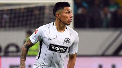 Carlos Salcedo disputa un juego con el Eintracht Frankfurt