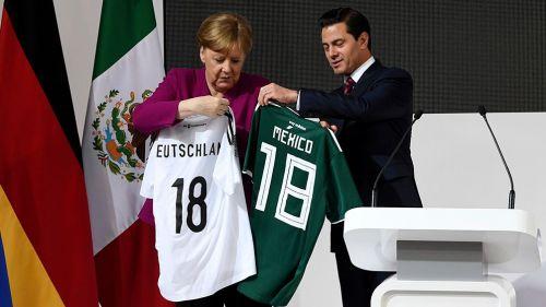 Angela Merkel y Peña Nieto cambian los jerseys de sus países