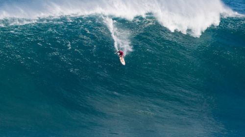 Surfista domina una ola durante un evento