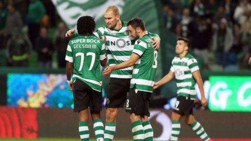 Jugadores del Sporting se abrazan en un juego