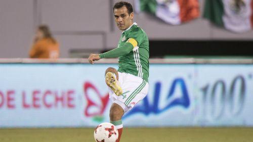 Rafael Márquez disputa un encuentro con el Tri