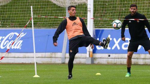 Héctor Moreno domina el balón en práctica de la Real Sociedad