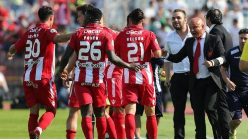 José Mota da ánimo a sus jugadores durante un partido
