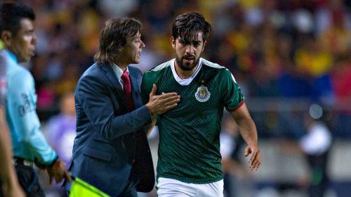 Matías Almeyda le da indicaciones a Rodolfo Pizarro