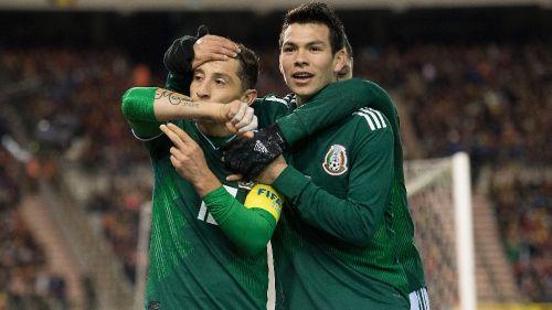 Guardado celebra con Lozano un gol con el Tri