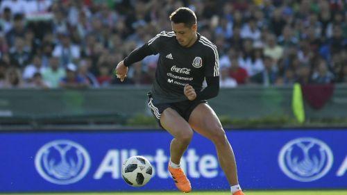 Javier Hernández controla el balón en una práctica del Tri